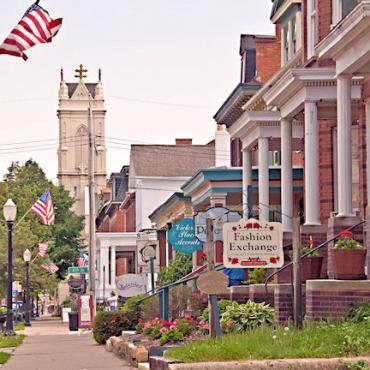 Dubuque_IA_-_4th_street_shops[1].jpg