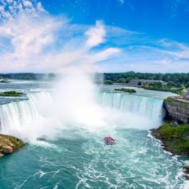 CAN- Horeshoe Falls Hornblower Niagara Cruises