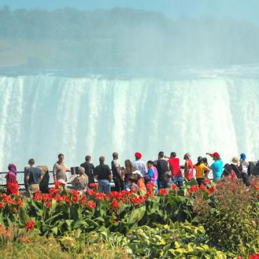 CAN people-looking-at-niagara-falls