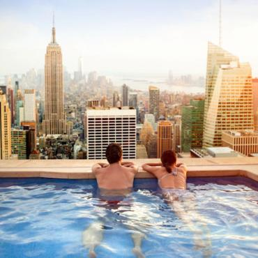 i-stock Couple rooftop pool web