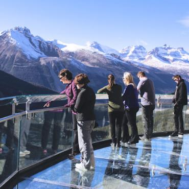 AL GlacierSkywalk-PeopleLookingOvertheEdge-BrewsterTravelCanada-CR[1]
