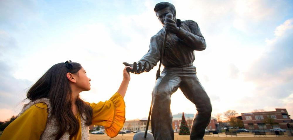 MS Tupelo Elvis statue