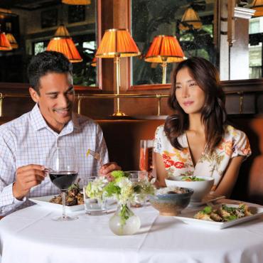 SHOPPING TSBA restaurant couple