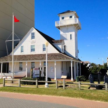 Old_Coast_Guard_Station_24th_Atlantic_in_Virginia_Beach[1]