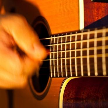 Guitar strummer