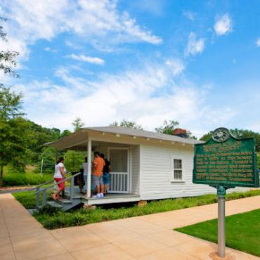 MS Tupelo Elvis house.jpg